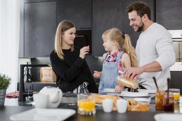 Родители готовят завтрак для дочери | Бесплатно Фото